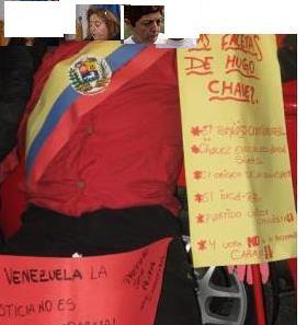 Imitando a Chaves en la plaza publica