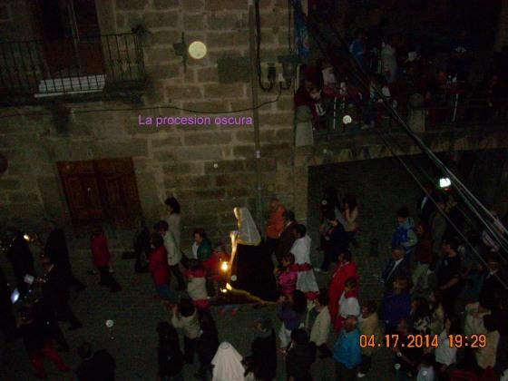El Muro en el suelo hace mas de 3 meses y la procesión sin luces