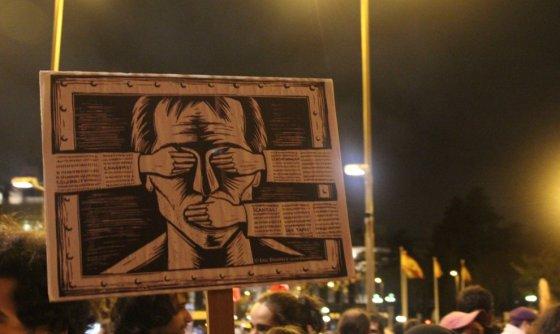 Una pancarta ayer, en las manifestaciones contrala medida a los titireteros