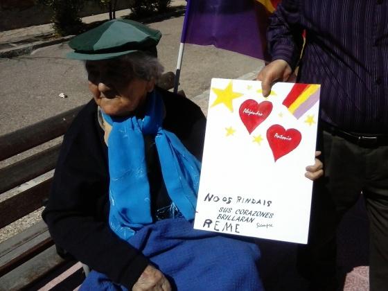 (no te rindas nunca) dice el cartel pintado por la abuela para quien perdió un hijo